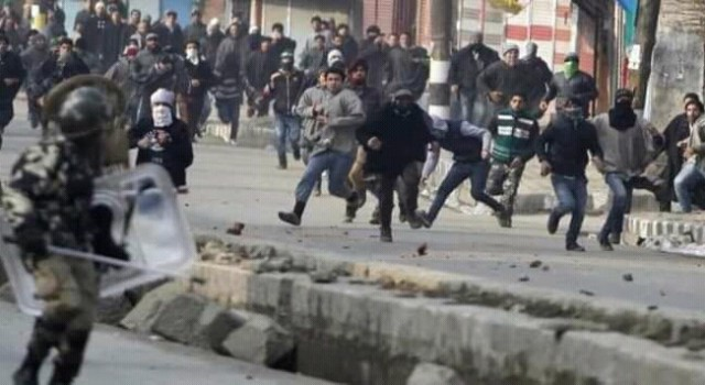 Massive clashes erupt in downtown Srinagar