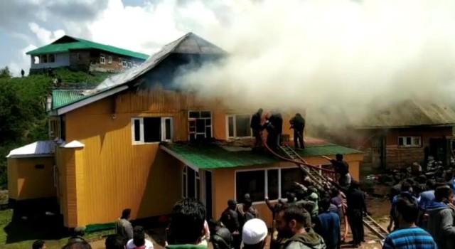 Fire engulfs hotel in Gulmarg