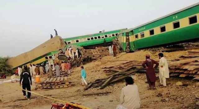 11 killed, 60 injured in Pakistan train collision