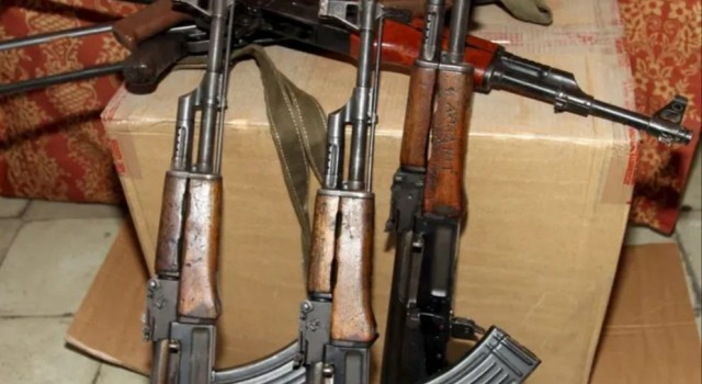 Militants make abortive bid to snatch weapons from police in South Kashmir