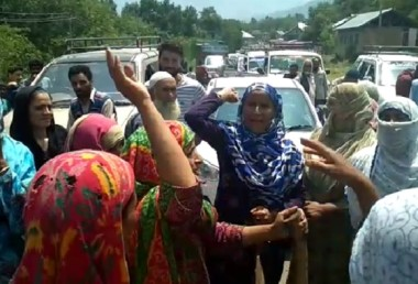 Water Scarcity in Zalangam Kokernag Residents Block Road and Stages Protest
