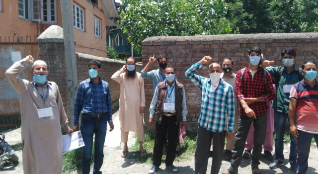 CAPD storekeepers and fair price shopkeepers hold protest at SDM office Chadoora against the TSO Chadoora