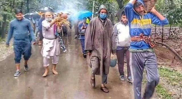 Amid torrential rains Kashmiri Muslims cremate Pañdit woman in South Kashmir