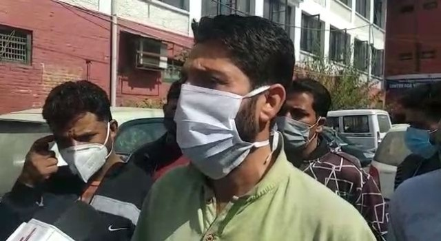 Protest in Srinagar: Corporator accused of demanding bribe for 'car parking' extension