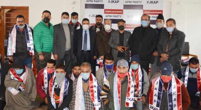 Prominent political activists from district Ganderbal join Apni Party
