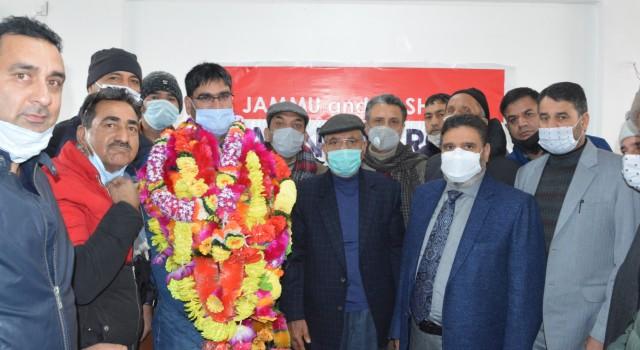 Apni Party felicitates Mohammad Ashraf Dar for winning Municipal elections from Rawalpora-Srinagar