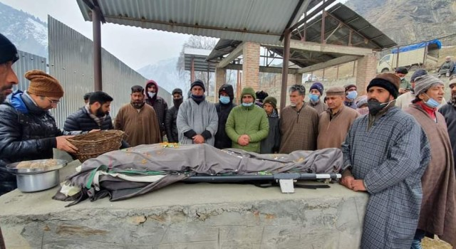Muslims help perform last rites of kashmiri pandit in Baramulla