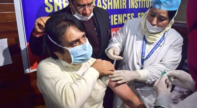 Why are healthcare workers hesitant to take COVID-19 vaccine in Kashmir?