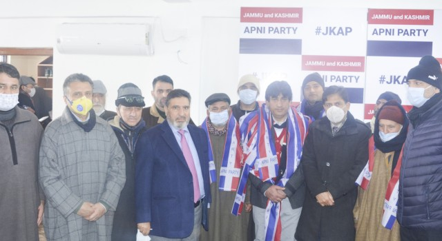 Scores of prominent political activists from Bijbehara-Anantnag join Apni Party